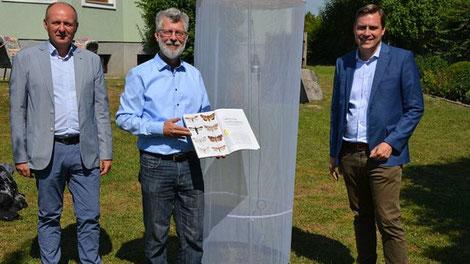 Ortsvorsteher Gerhard Fallbacher, Dr. Wolfgang  Stark und LAbg. Christoph Kaufmann bei der Begutachtung eines Leutchtturmprojektes