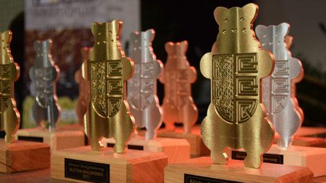 Die Kärntner Bären in Gold, Silber und Bronze stehen für die Honigprämierung bereit