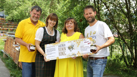 Valentin Koller, Elisabeth Thurner, Barbara Wakonig und Arno Kronhofer freuen sich über die neuen Etiketten. Foto: Gerhard Kampitsch