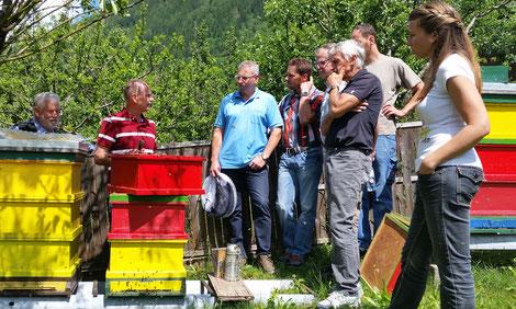 Mit dem richtigen Mix aus Wissen, Kompetenz und Erfahrung am Bienenstand
