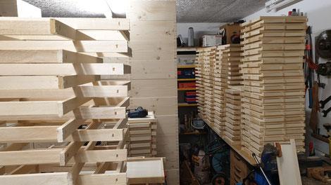 Handarbeit: Herstellung der Fotorähmchen für die Kärntner Imkerschule