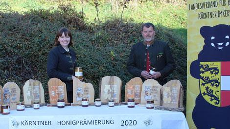 Obfrau Elisabeth Thurner und Honigreferent Valentin Koller überbrachten die Bären persönlich