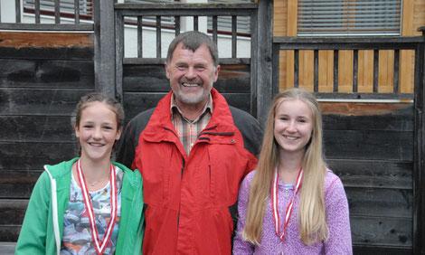 Anton Hinterer ist seit April 2016 für das Jugendreferat zuständig und hat zusammen mit Valentin Koller zwei Jungimkerinnen für den 5. Österreichischen Jungimkerwettbewerb vorbereitet.