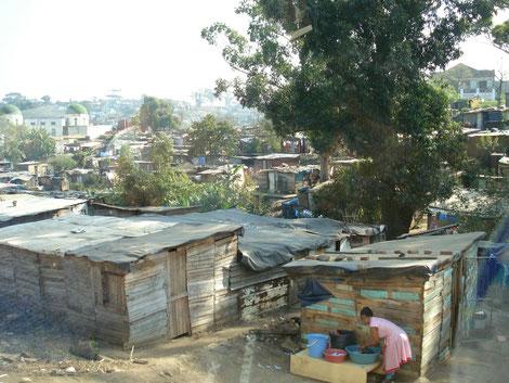 Corona-Pandemie in Entwicklungsländer. In den Slums ist eine Quarantäne nicht möglich. Fördermittel werden dahe dringend benötigt, um Abhilfe zu schaffen.