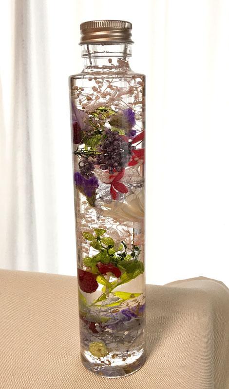 残った花材で出来上がったハーバリウムのボトル