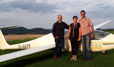 Sandra Luhn (m.) mit Prüfer Matthias Hucke (l.) und Ausbildungsleiter Karsten Hofmann (r.)