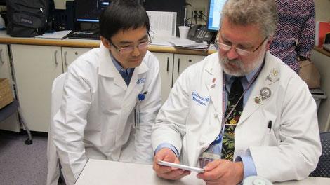 Dr. David Franz und chinesischer Gastarzt beim Studieren. Bild: Melody Gullemann