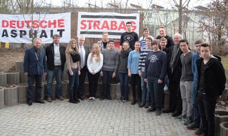 Mit Vertretern der STRABAG, Herr Enders (li.), Herr Krebs (2. v.li.), Bürgermeister Manfred Scherer (4. v. li.) und der Sprendlinger Ortschef Manfred Bucher (4. v. re.) freuen sich die Jugendlichen auf die Nutzung des fertigen Außenbereichs