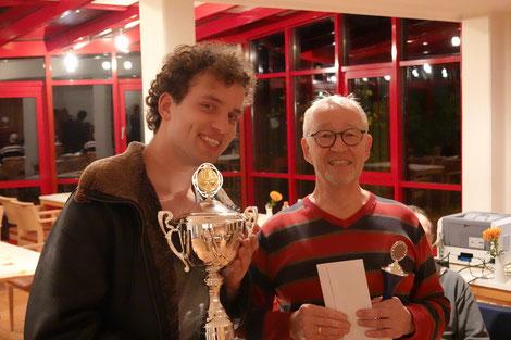Ulrich Materne, Farmsener Vorsitzender, übergibt den Siegerpokal an VSK-Spieler Daniel Thieme, der das Turnier sehr souverän mit 10,5 Punkten  aus 11 Partien gewann