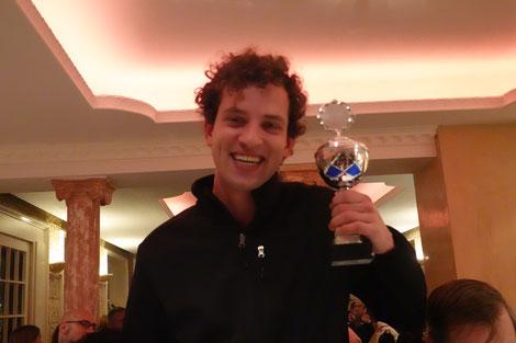 Der neue Vereinsmeister Daniel Thieme hat gut lachen. Preisgeld und Pokal machten ihn glücklich.