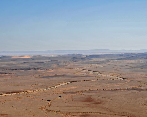 Weite Schotterebene unterhalb des Gara el Mdoura in Marokko, erreichbar  Offroad auf Piste