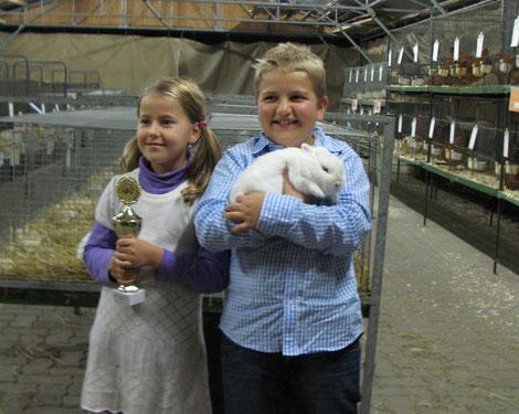 Der erfolgreiche Jungzüchter Tom Paulicke mit seinem Kaninchen und Schwester Julia