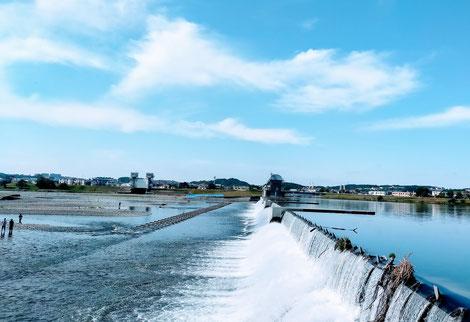 青空のもと、流れる多摩川