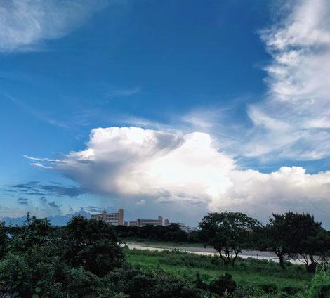 多摩川の河原より見えた梅雨の合間の青空