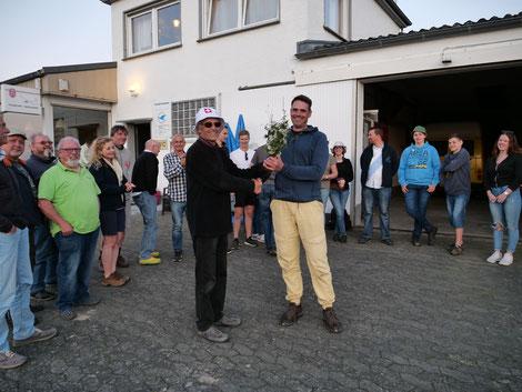 Gerd Krautwig gratuliert Sascha Plötzer