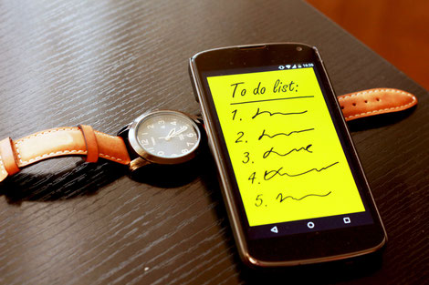 smartphone avec post-it-jaune montrant une to do list et liste à puce numérotée