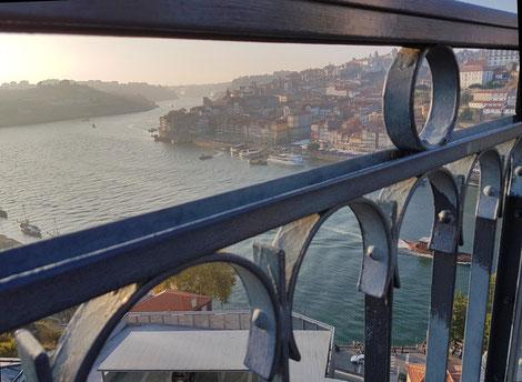 Portos Altstadt durch das Brückengeländer hindurch aufgenommen