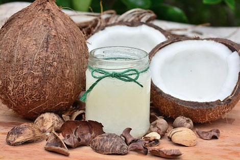 Kokosnuss ganz, Kokosfleisch und Wasser