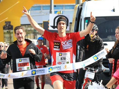 Andreas Vojta beim Zieleinlauf vor dem Donauzentrum (Foto: halbmarathon.at)
