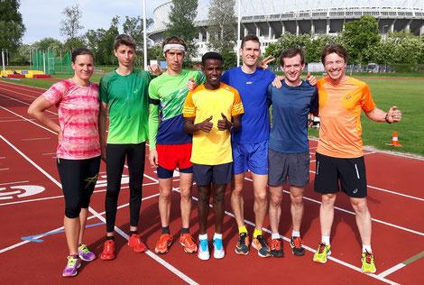 Lema inmitten einer Gruppe seines Vereins team2012.at