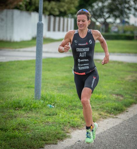 Tanja Stroschneider knapp vor dem Ziel beim Podersdorf-Triathlon (Sprintdistanz) - und gewinnen macht sichtlich Spaß!