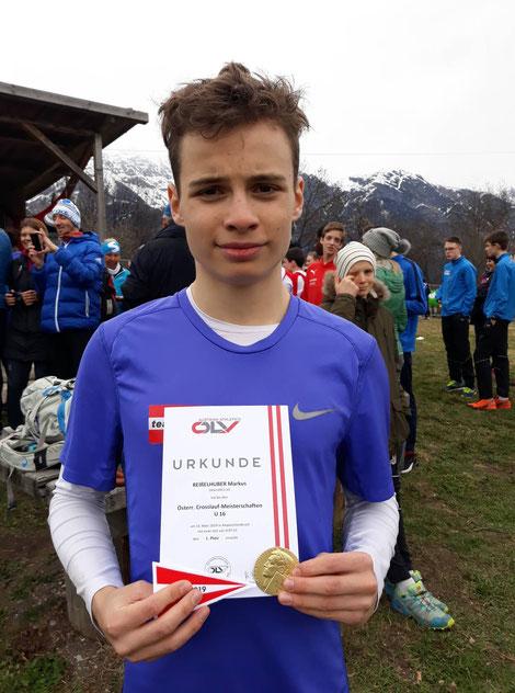 Markus zeigt stolz die hart erkämpfte Medaille/Urkunde (Foto: Maria Reißelhuber)