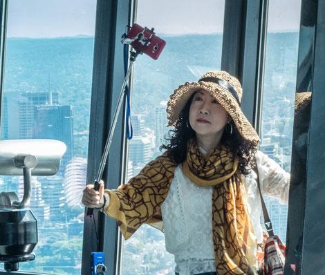 japanische und koreanische Touristen mit Selfie-Sticks - ständige Reisebegleiter in Australien