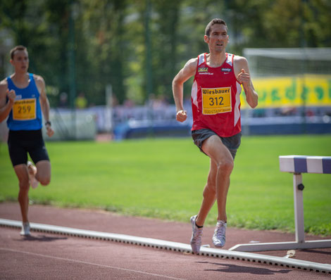 Andreas beim heutigen 1500m Rennen am Weg zum Sieg, hinter ihm Dominik Stadlmann