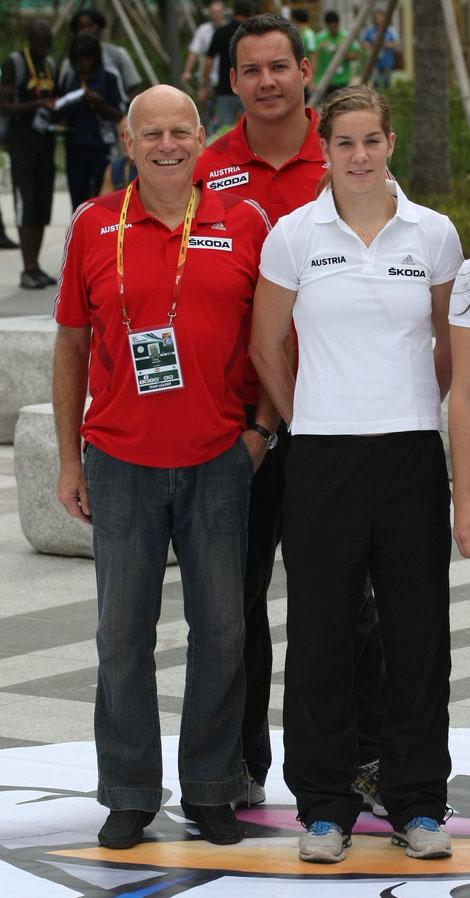 Ralph Vallon neben Gerhard Mayer und Beate Schrott bei der WM 2011 in Daegu - wieder mal auf Fußspitzen...
