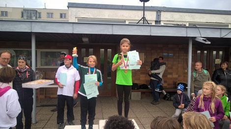 Malvina (links) freut sich zu Recht über ihre Silbermedaille (Foto zVg)
