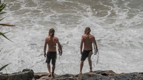 Die jugendlichen (oder älteren) Surfer gehen schon mal in der Früh vor der Schule eine Runde surfen...