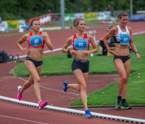 Lemi Wutz in der Bildmitte, Tanja Stroschneider hat gerade das Rennen vorzeitig beendet