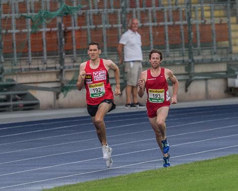 Bei 4750m die rennentscheidende Szene als sich Andi vor seinen Vereinskollegen Brenton Rowe setzt und dem Sieg entgegensprintet