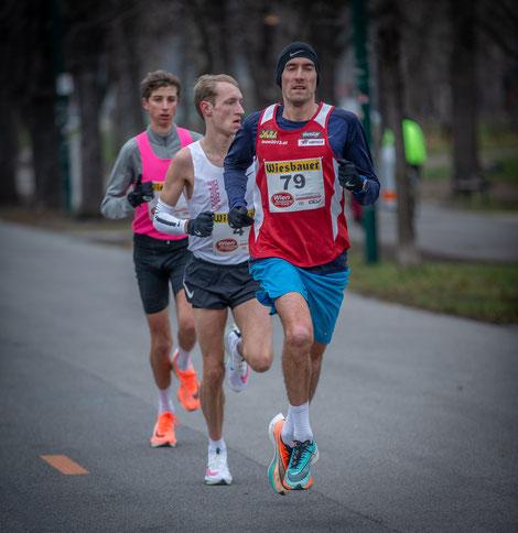 BildText   Untertitel: Andreas Vojta (hier bei km 27) als Edel-Pacemaker für die Marathonspitze. Hier mit dem späteren holländischen Sieger (2:11:05) und Timon Theuer