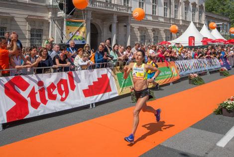 Karin Freitag beim Zieleinlauf, womit sie ihren 5. Marathon-Staatsmeistertitel holt