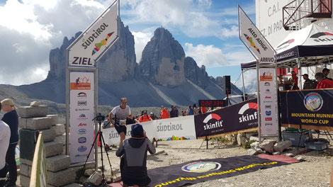 Gerhard Gaube beim Zieleinlauf des 3-Zinnenlaufs vor eindrucksvoller Bergwelt (Foto zVg)