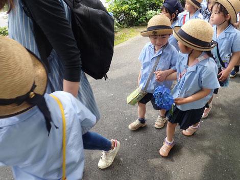 幼稚園におみやげを持って帰りました!