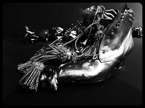 goldene stiefeletten installataion s/w Foto Ulrike Filgers