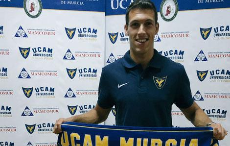 Unai Albizua, posando para los medios en su presentación con el UCAM de Murcia. Foto: Marca