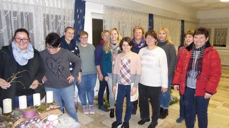 Unsere jungen LandFrauen Tübingen beim Herstellen von Weihnachtsschmuck