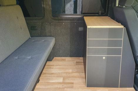 Campingausbau SchlafBUS mit breitem Bett und kompaktem Küchenmodul