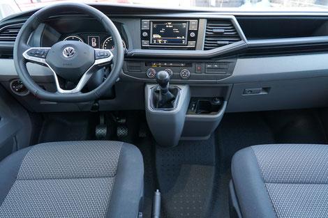 Das moderne, PKW ähnliche Cockpit des VW T6.1