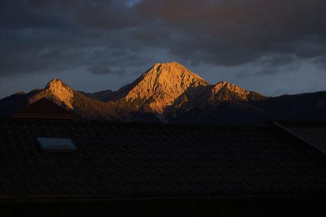 Mittagskogel im Sonnenuntergang. Markanter Berg in den Kärntner Karawanken.