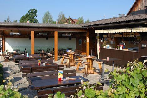 """Unser Gasthaus, die """"Bienenhütte"""" mit Sitzmöglichkeiten sowie überdachtem Bereich."""