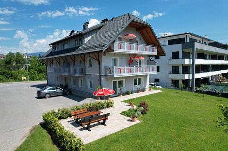 Haus mit Ferienwohnungen und direktem Parkplatz vor der Unterkunft sowie angrenzender Terasse