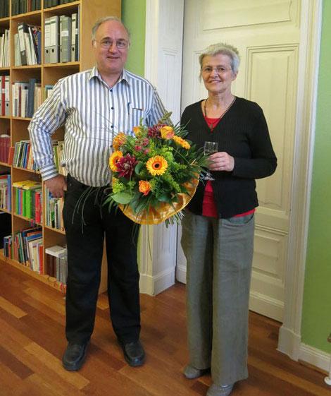 Pfr. Bernhard Lütkemöller bedankt sich bei Küsterin Ilona Schwabe mit einem Blumenstrauß