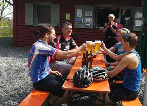 Vier Biker stoßen am Biertisch an