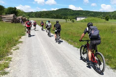 Mountainbike-Gruppe auf Schotterweg