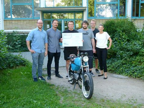 V.r.n.l.: Nadin Lutz (BBBank eG), Nico Post (FTR1), Matthias Schmitt (FTR1), Patrick Kohler (FTR1), Benjamin Döhrer und Christian Luberda-Feuerberg (Lehrer CBS Gaggenau)