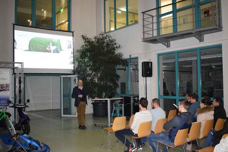 Bernhard Seiler, LUK Bühl, Teilnehmer der Infoveranstaltung. Im Vordergrund sind auch Elektrofahrzeuge zu sehen, die an der Carl-Benz-Schule umgebaut wurden.